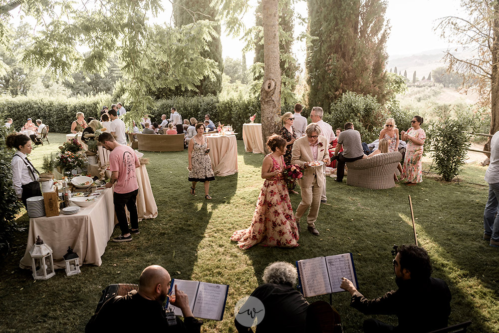 Stunning colorful wedding with strong pinks and reds in Tuscany