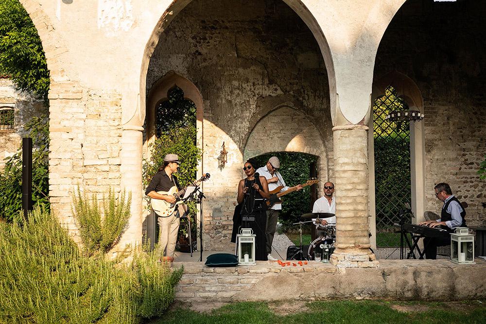 Convent wedding venue Garda band