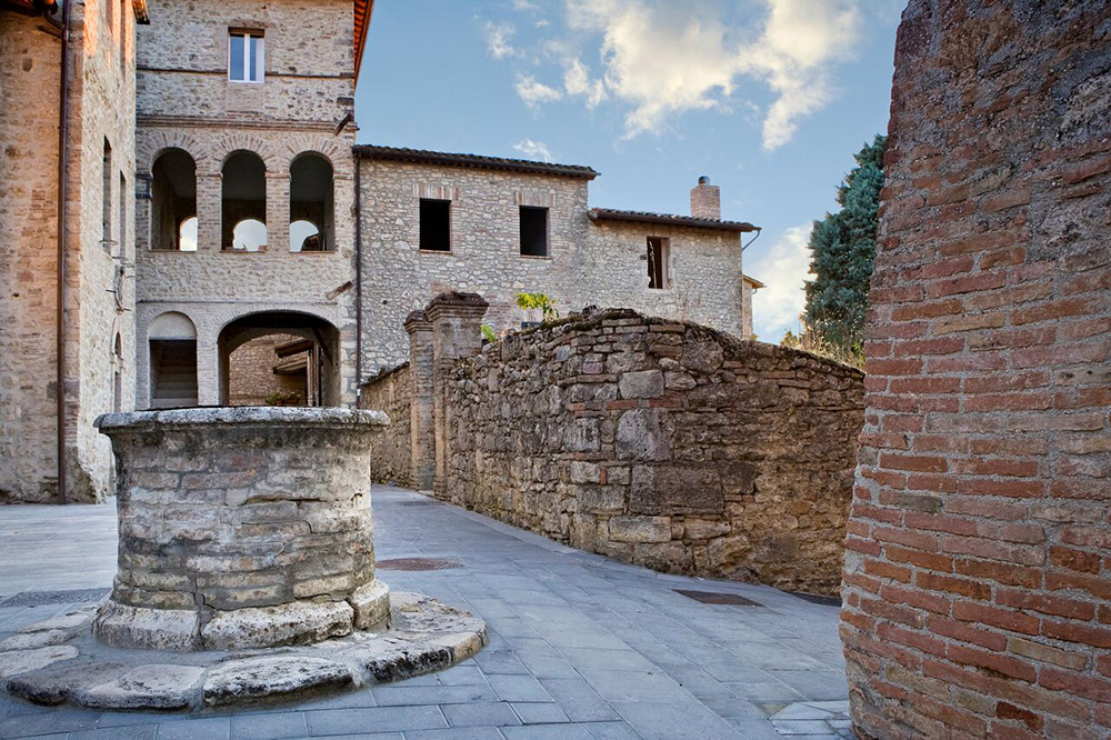 Italy Umbria small luxury hotel wedding venue courtyard